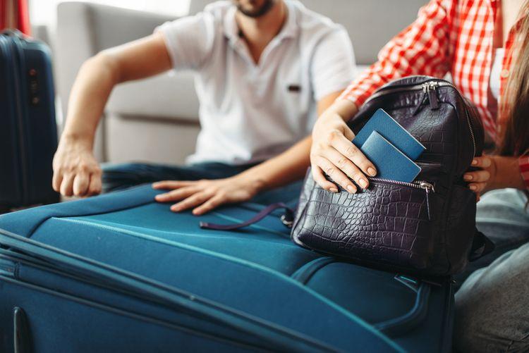 Modrý textilný cestovný kufor