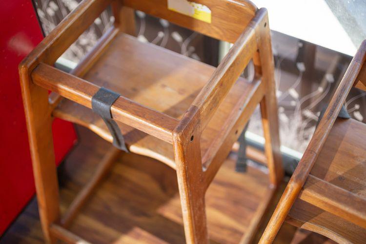 Drevená detská stolička na kŕmenie