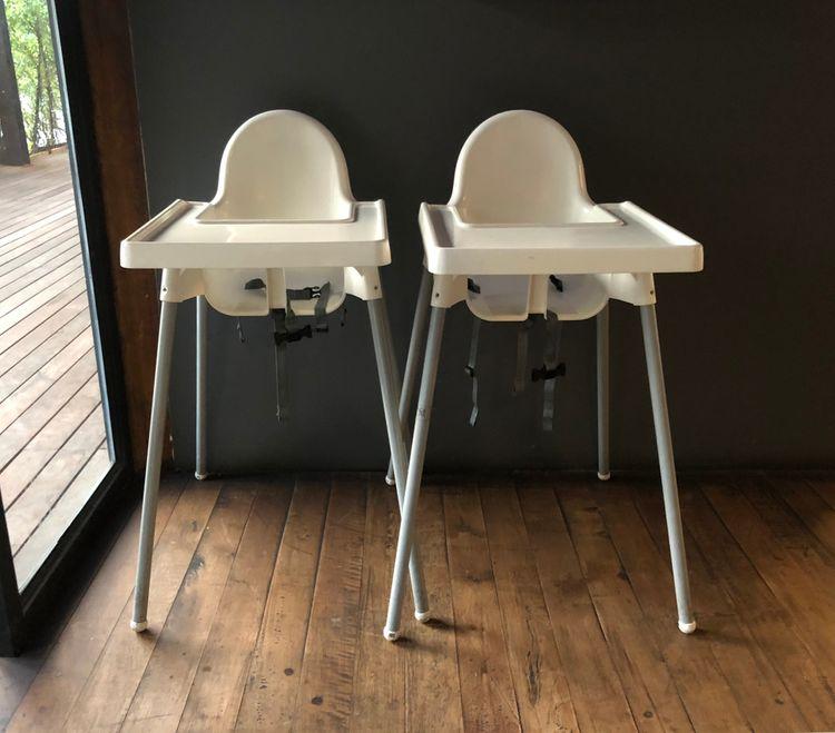 Dve biele jedálenské stoličky