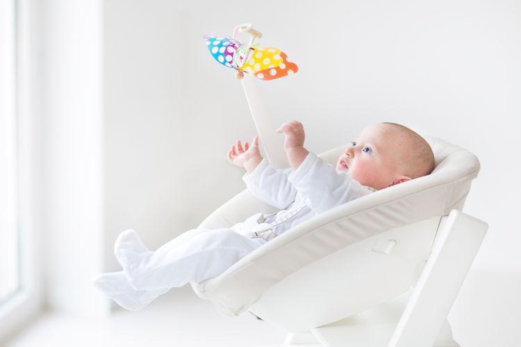 Drevené detské ležadlo v bielej farbe