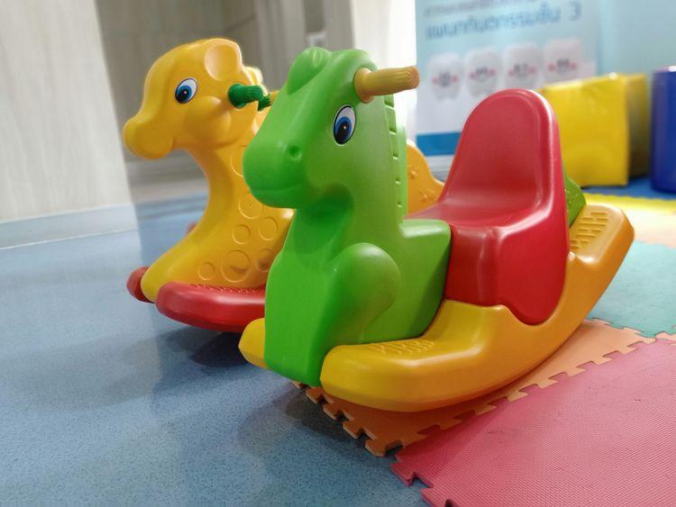 Farebné plastové hojdacie zvieratká