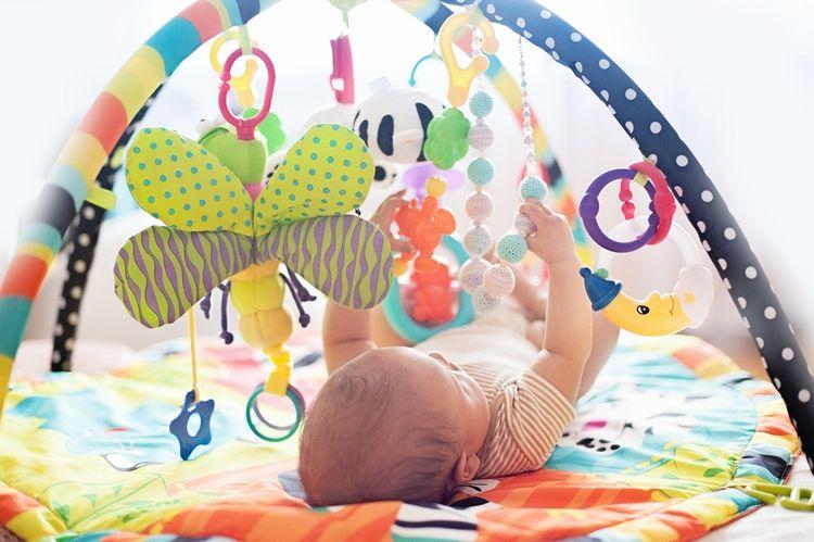 Hracia deka s hrazdou s plyšovými hračkami
