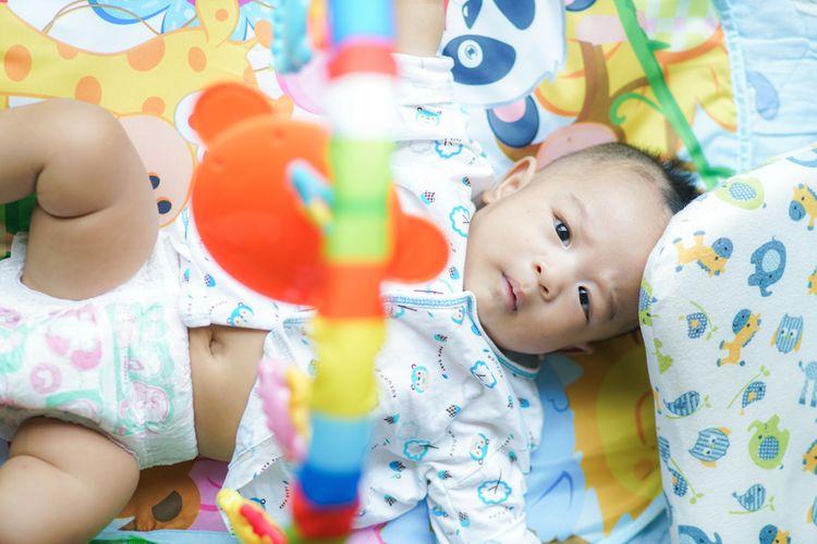 Farebná hracia deka s hrazdou s hračkami
