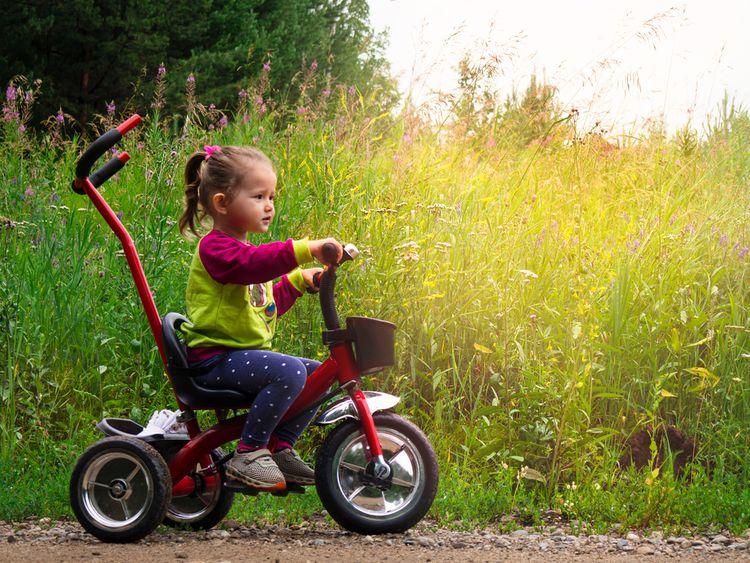 Červená šliapacia trojkolka s rodičovskou vodiacou tyčou