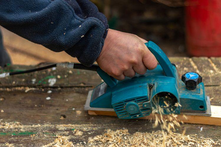 Opracovávanie dreva pomocou elektrického hoblíka