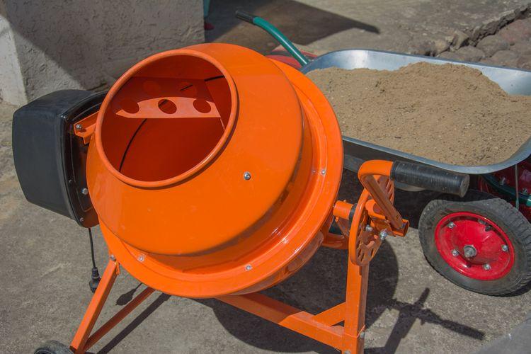 Oranžová stavebná miešačka strednej veľkosti