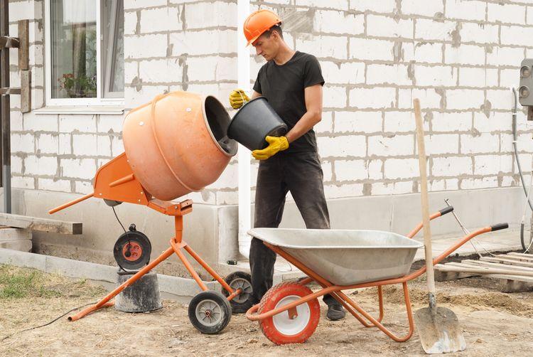 Plnenie stavebnej miešačky