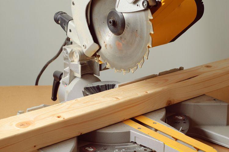 Rezanie drevených hranolov pomocou pokosovej píly