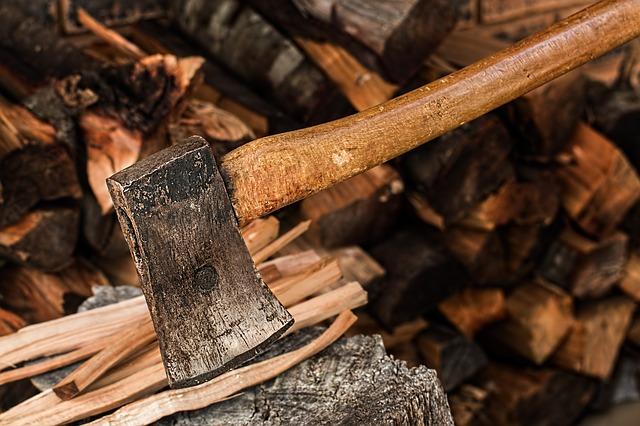 Sekera na dreveo s dreveným poriskom