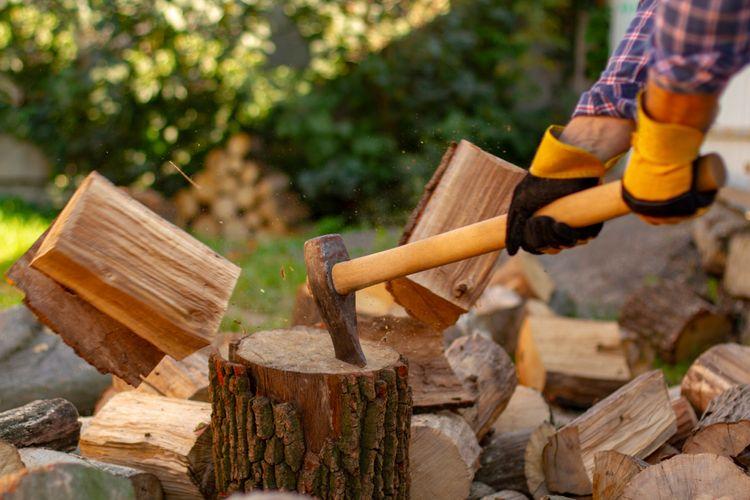 Štiepacia sekera s dreveným poriskom na rúbanie dreva