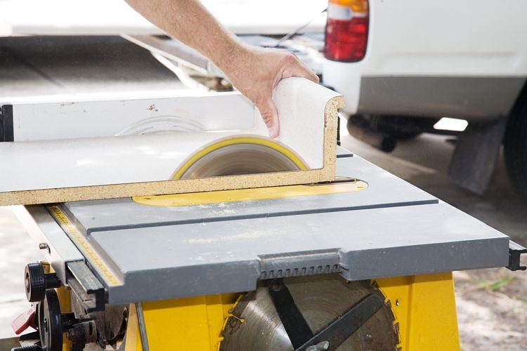 Profesionálne a poloprofesionálne stolové píly umožňujú nastavenie uhla rezu