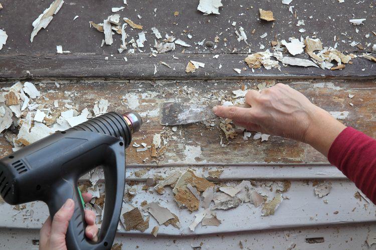 Odstraňovanie starého laku z okna pomocou teplovzdušnej pištole