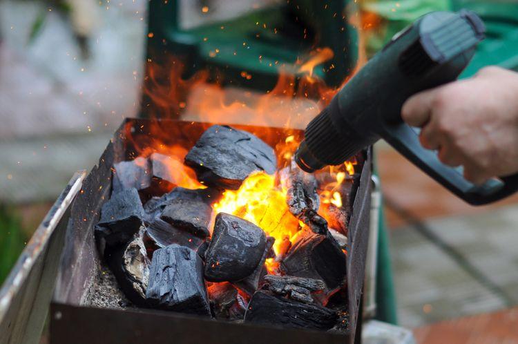 Zapaľovanie ohňa pomocou teplovzdušnej pištole