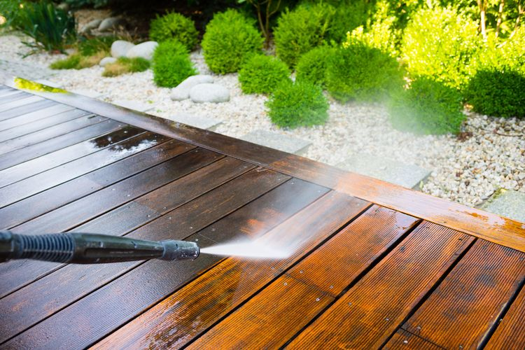 Čistenie terasy pomocou vysokotlakového čističa