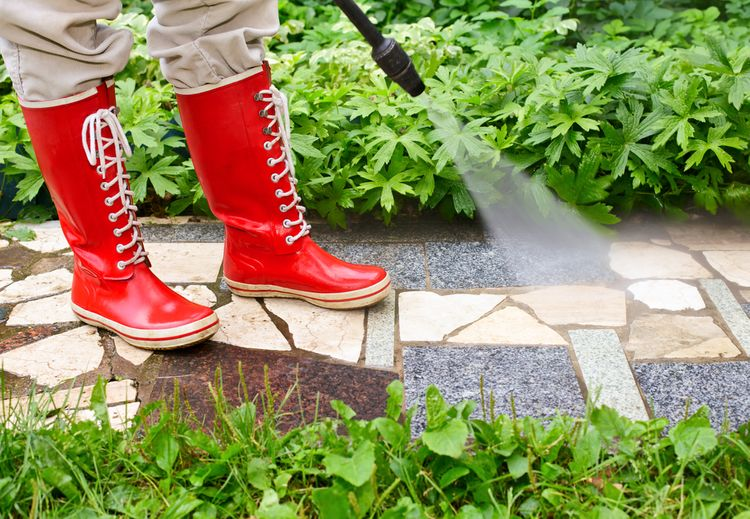 Čistenie chodníka v záhrade pomocou vysokotlakového čističa