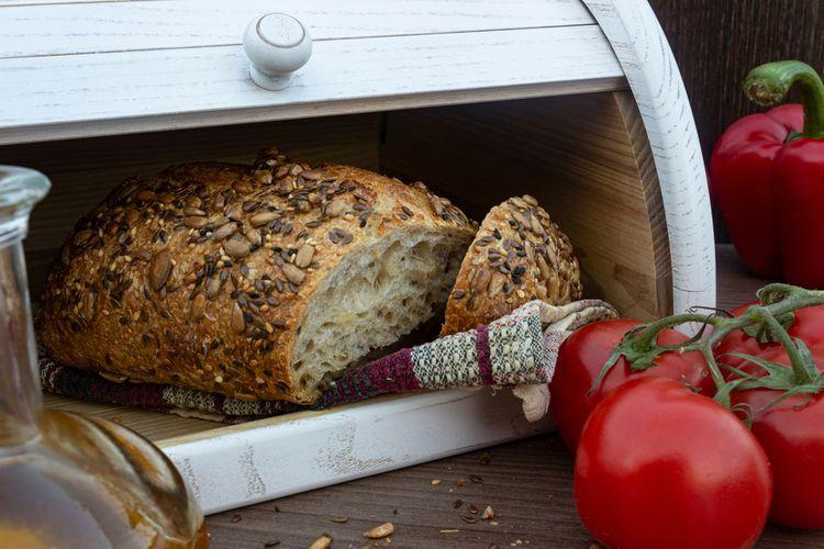 Biely drevený chlebník