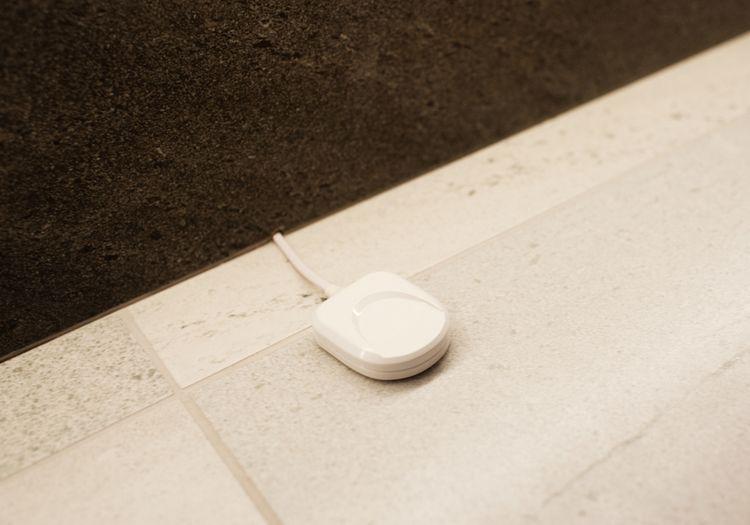 Detektor úniku vody na podlahe v kúpeľni