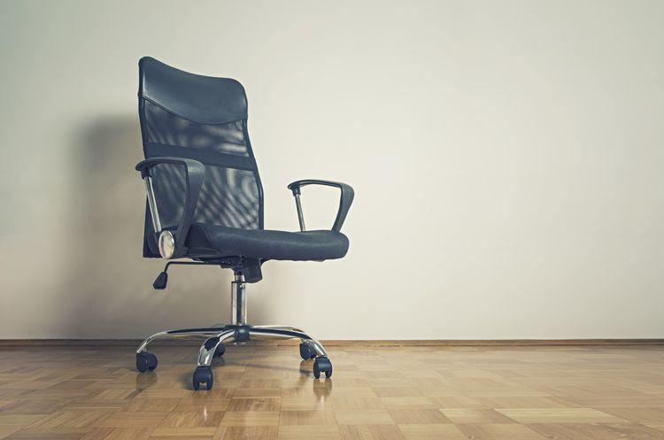 Čierna kancelárska stolička s kolieskami