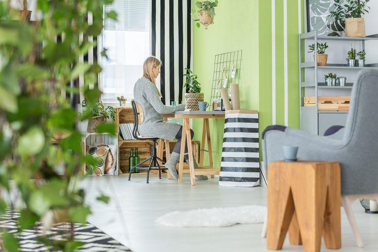Drevená kancelárska stolička v home office