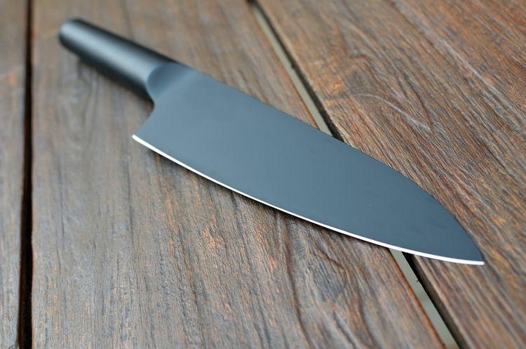 Kuchynský nôž s kovovou rukoväťou