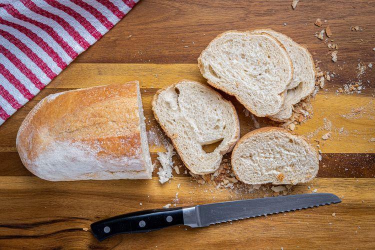 Zúbkovaný kuchynský nôž na krájanie chleba