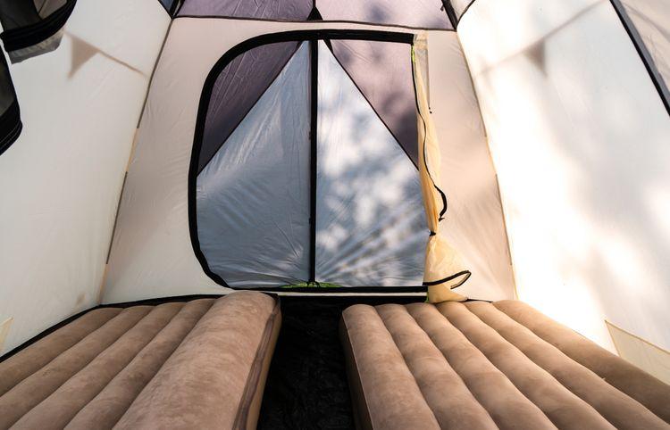 Hnedé nafukovacie matrace v stane