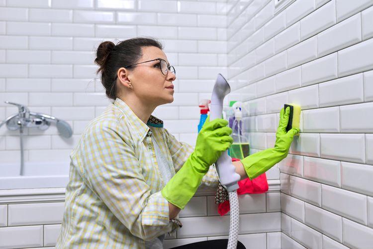 Čistenie škár v kúpeľni pomocu pary