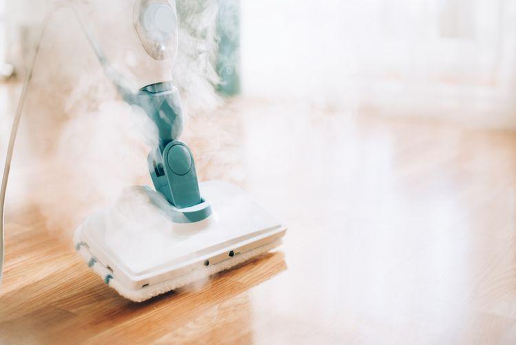 Čistenie podlahy pomocou parného  čističa