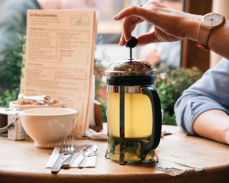 Príprava čaju vo french presse