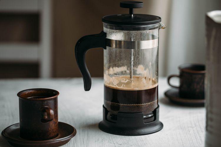French press kávovar so šálkami na stole