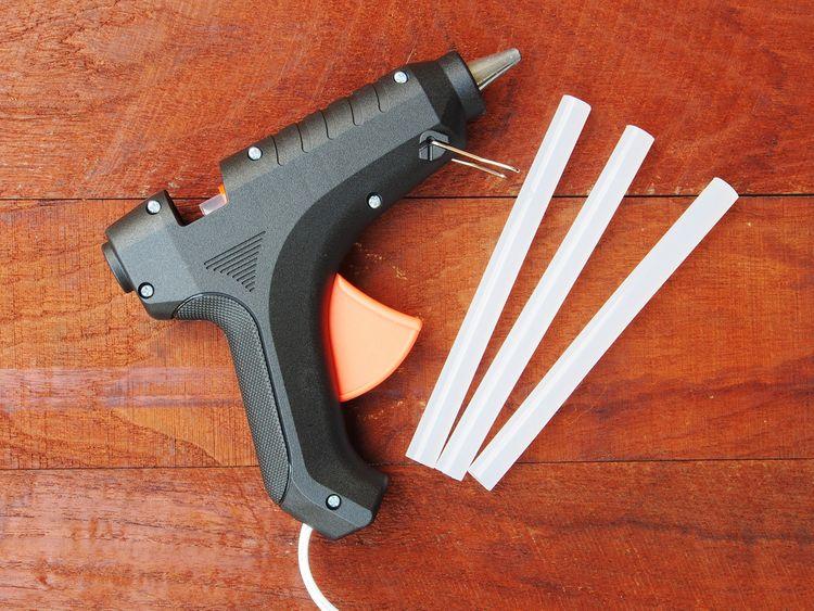 Lepiaca pištoľ s tavnými tyčinkami