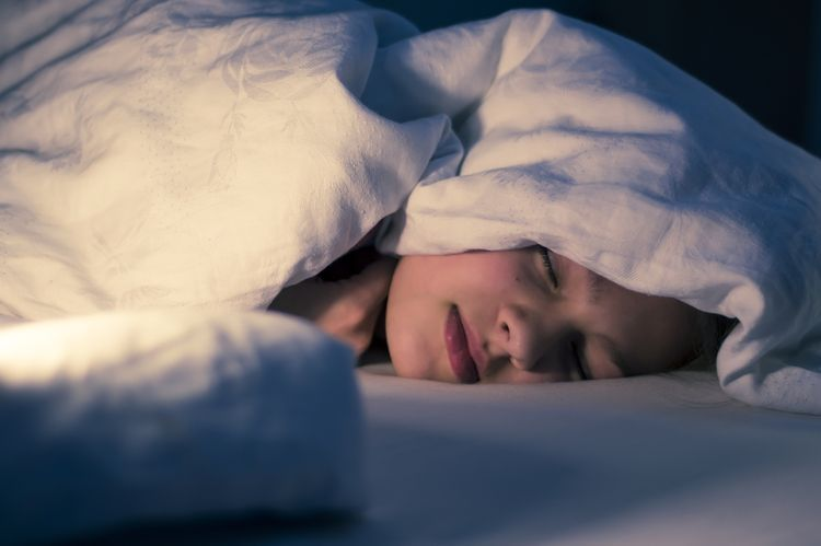 Spánok na posteli bez vankúša