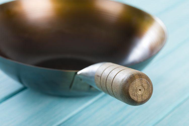 Železná wok panvica s drevenou rúčkou