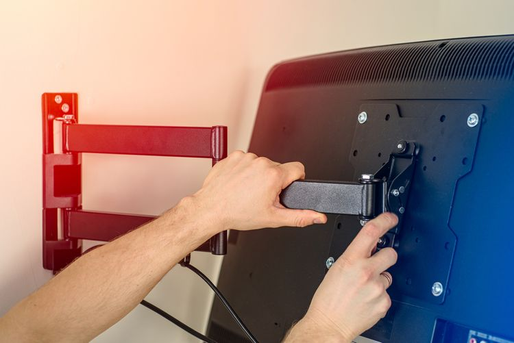Kĺbový TV držiak na stenu