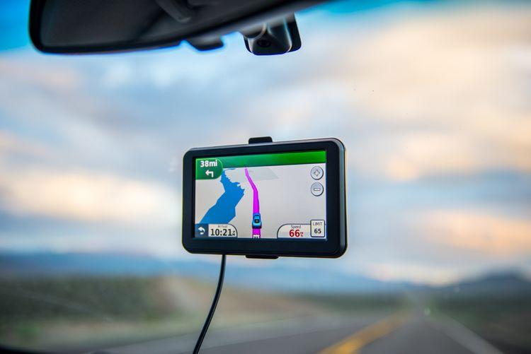GPS navigácia na prednom skle auta