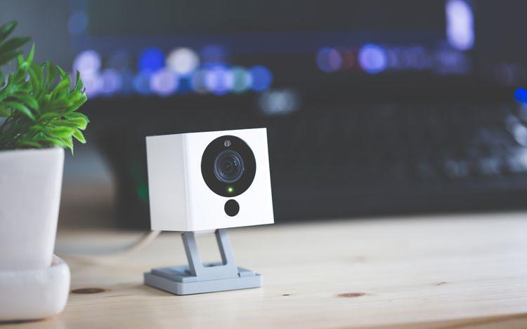 Bezpečnostná IP kamera položená na stole