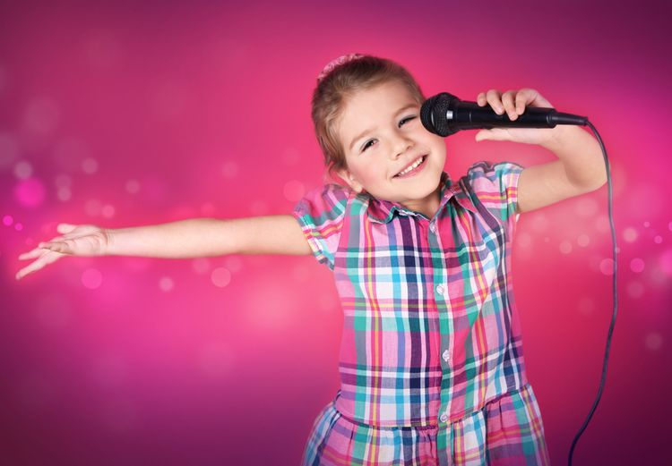 Dieťa s mikrofónom