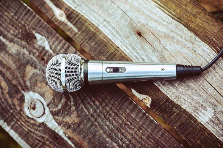 Strieborný karaoke mikrofón