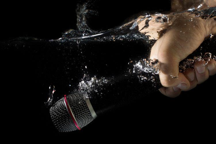 Vodoodolný piezoelektrický mikrofón