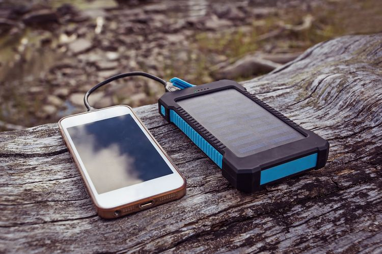 Solárna nabíjačka na nabíjanie mobilného telefónu