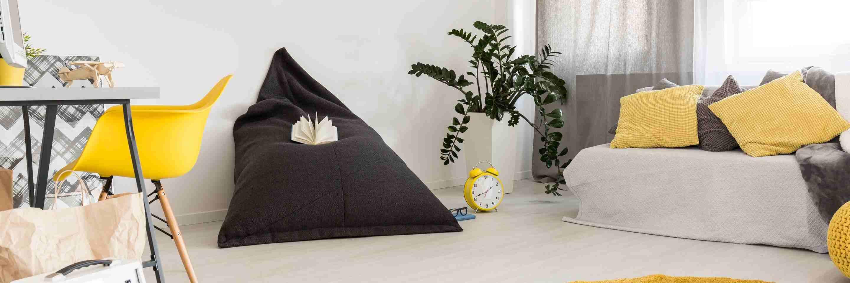 Hnedý sedací vak v obývačke