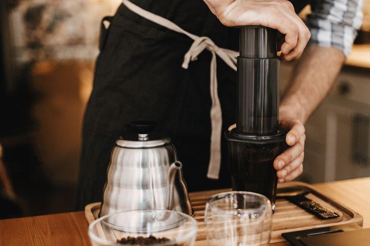 Profesionálny barista pri príprave kávy v AeroPresse