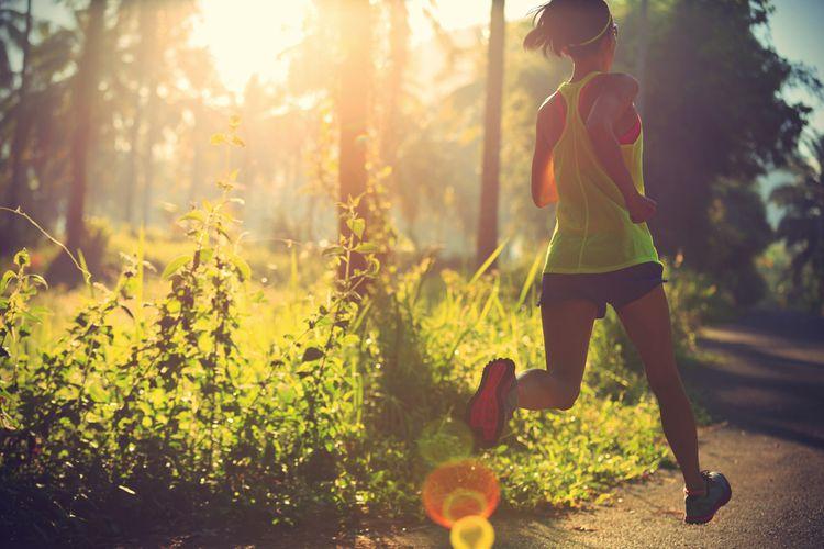 Žena bežiaca ráno po parku
