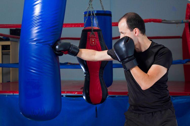Modré naplnené boxovacie vrece