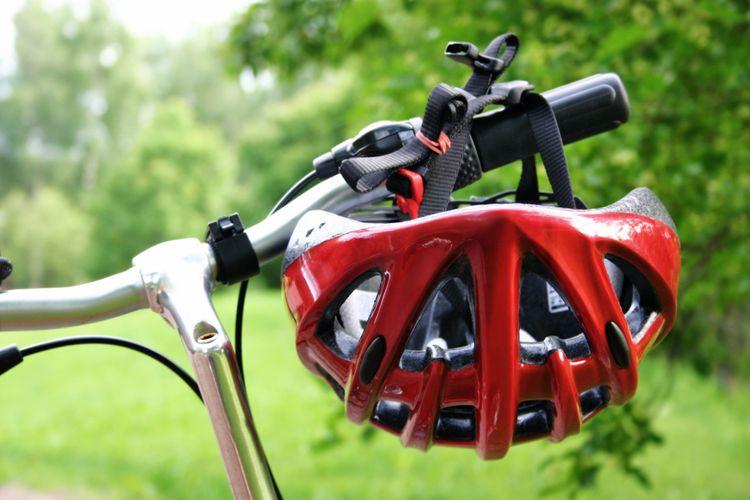Červená cestná prilba na bicykel