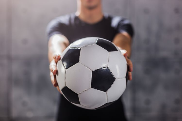 Profesionálna futbalová lopta stojí viac ako 100 eur