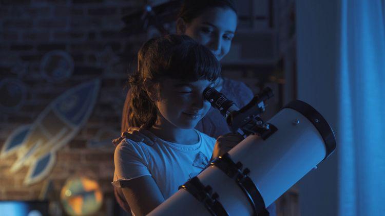 Sledovanie nočnej oblohy pomocou teleskopu