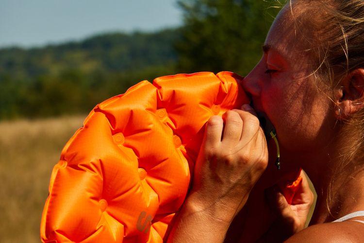 Oranžová nafukovacia karimatka
