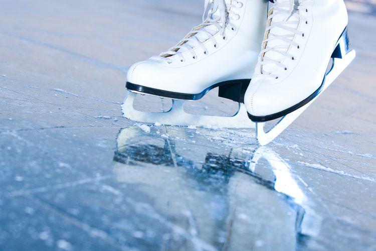 Biele zimné korčule na krasokorčuľovanie