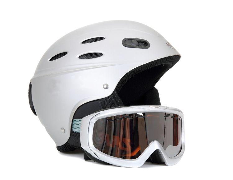 Pretekárska lyžiarska prilba s okuliarmi
